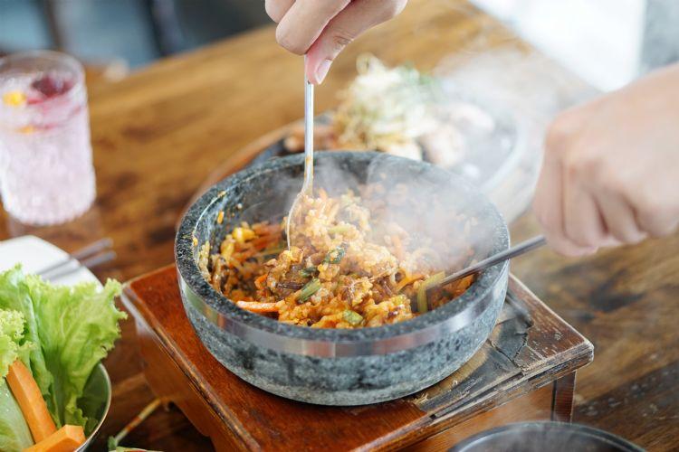 Préparation du bibimbap traditionnel coréen